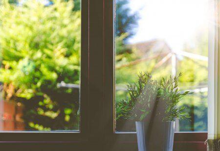窓拭きをするパパの幸福度が高いという調査結果